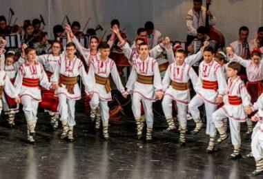 Formaţiile participante la Festivalul Internaţional de Folclor primite de oficialităţile gălăţene